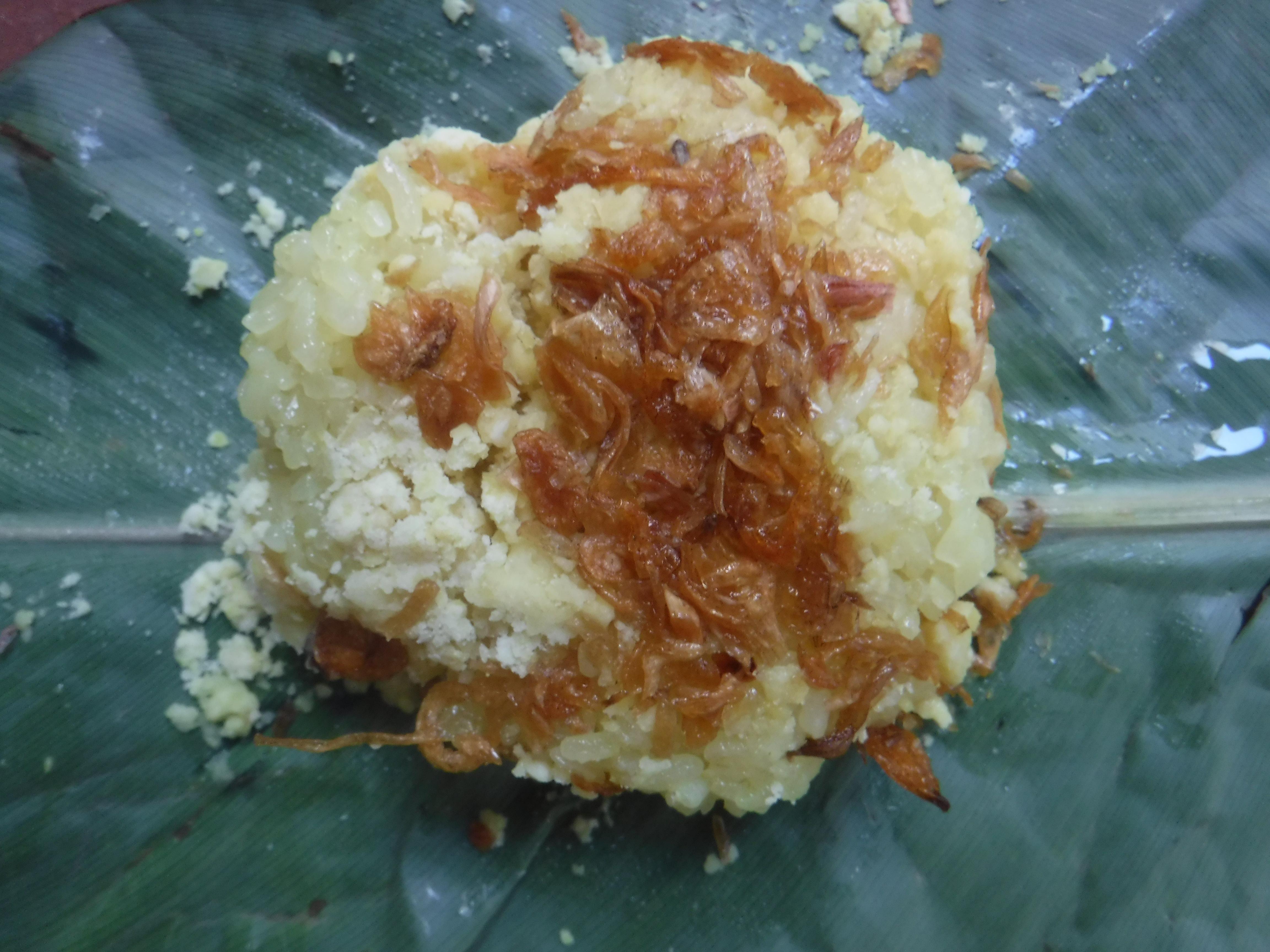 Xôi xéo z trhu (žlutá rýže s hráškem a smaženou cibulkou)