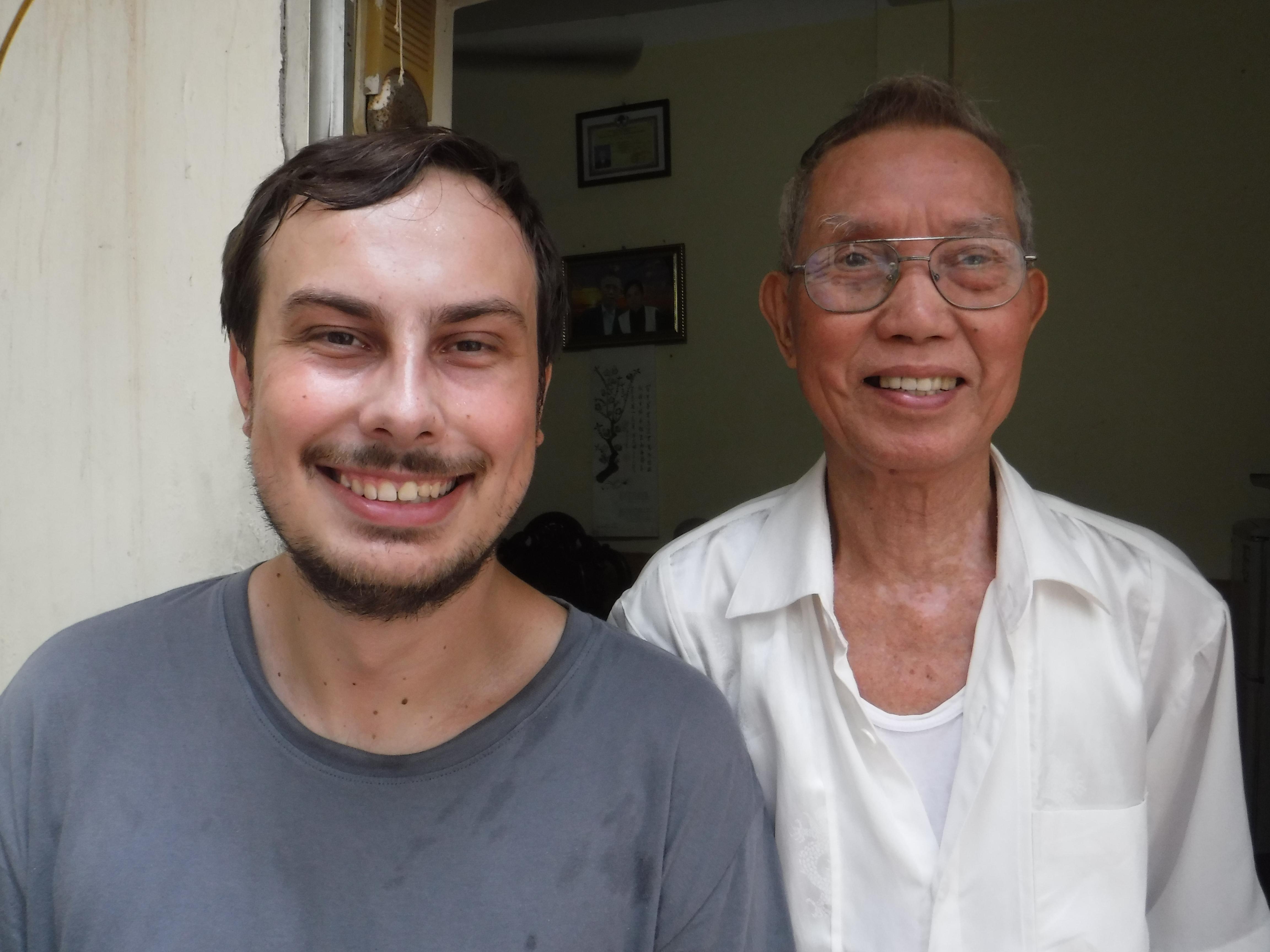 Můj děda se svým novým vnukem. Děda stojí na schodech a Kuba dělá dřep. Jinak se tohle nedalo vyfotit